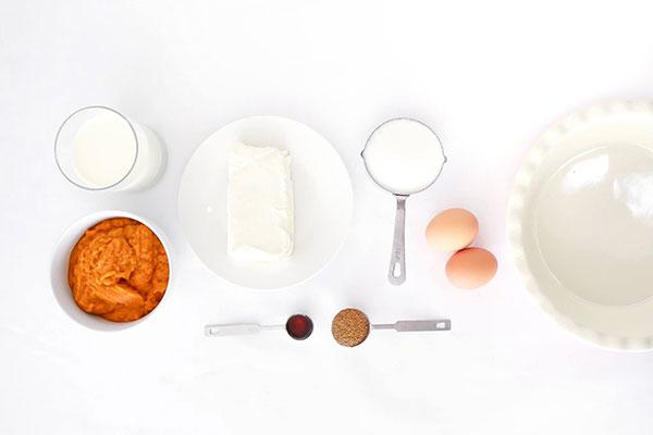 млечни продукти и яйца на бял фон