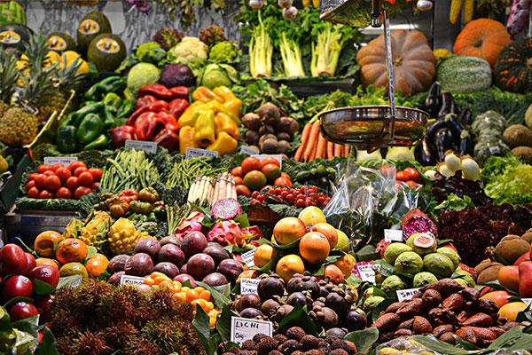голяма пазарска сергия с плодове и зеленчуци