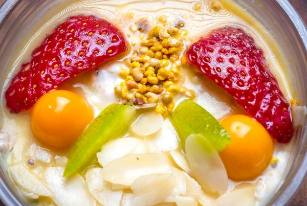 Фитнес закуска с украса от ягоди, физалис, филиран бадем, пчелен прашец и кора от помело