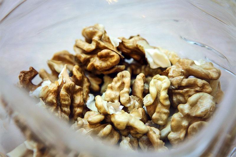 обелени орехи поднесени в купичка