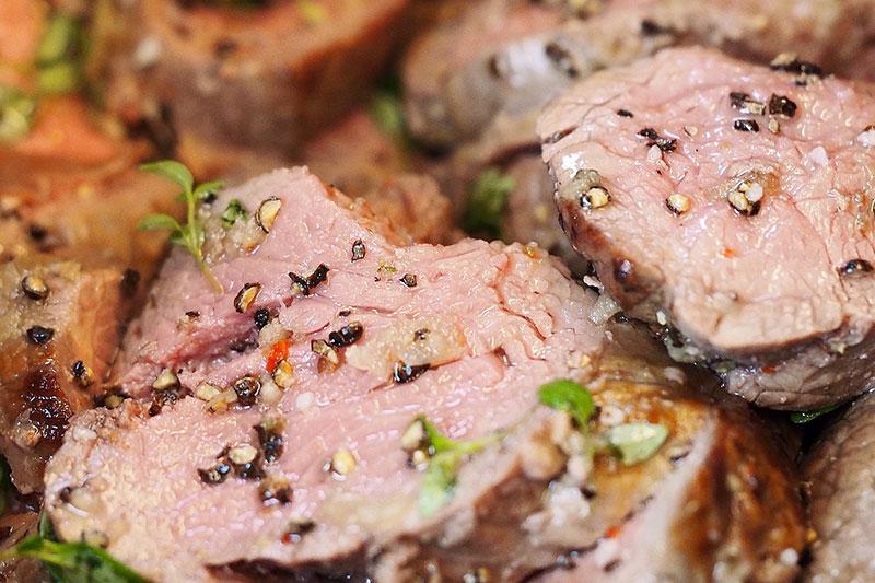 овкусени парчета сготвено телешко месо