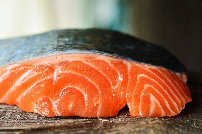 филе от риба сьомга върху дървена подложка