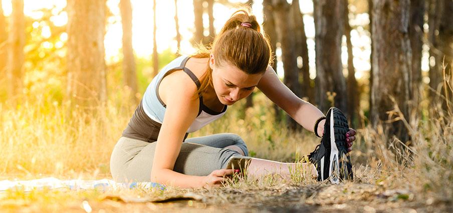 млада жена спортува в гората