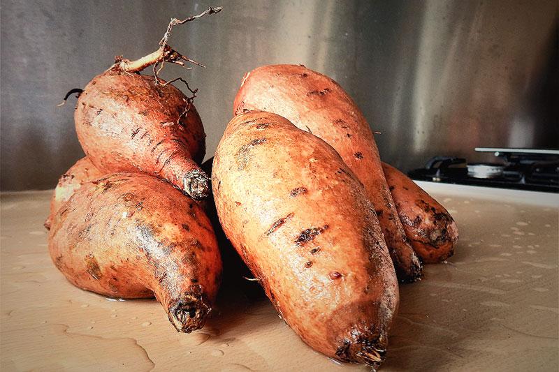 сладки картофи върху кухненски плот