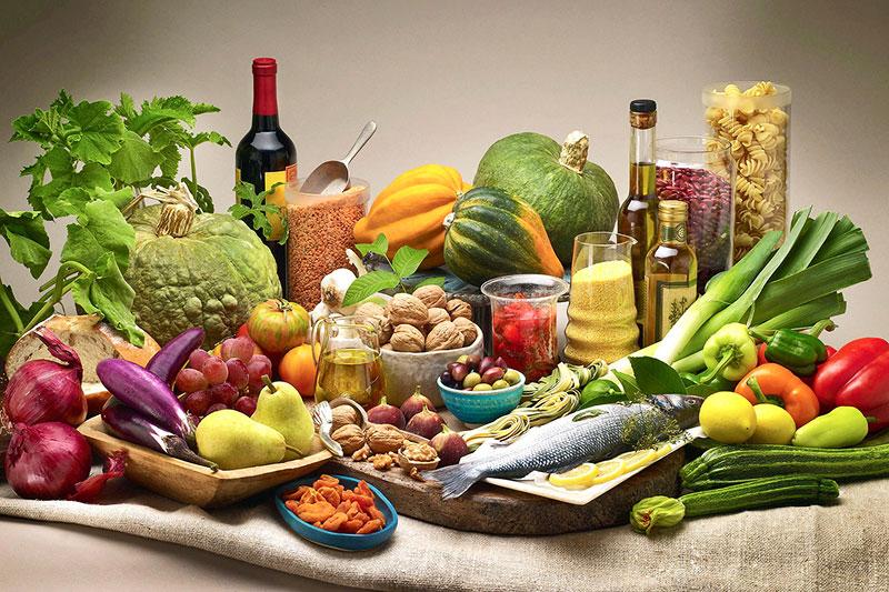 здравословни храни, подредени върху ленен чувал