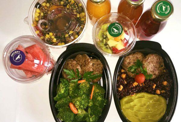 Балансирано меню с телешки кюфтета, черен ориз, сладък картоф и броколи