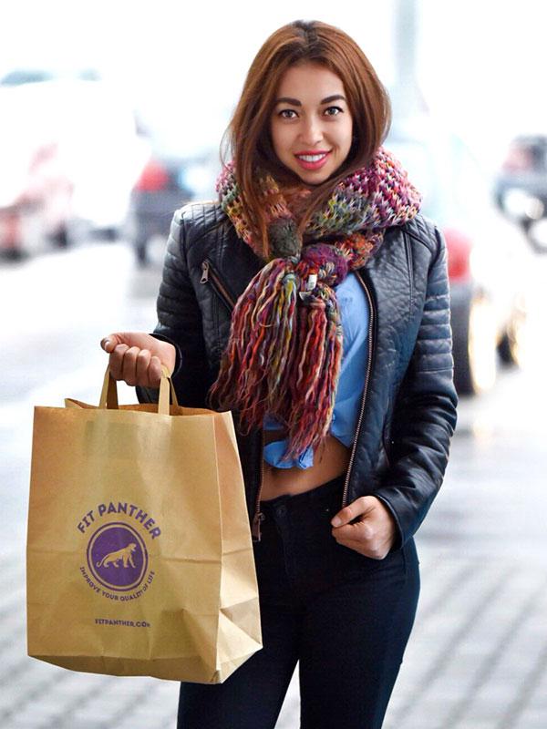 момиче модел с плик храна от Fit Panther