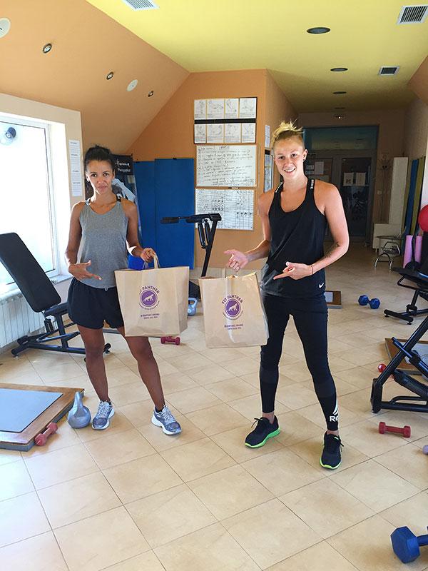 две момичета клиенти на Fit Panther в спортната зала