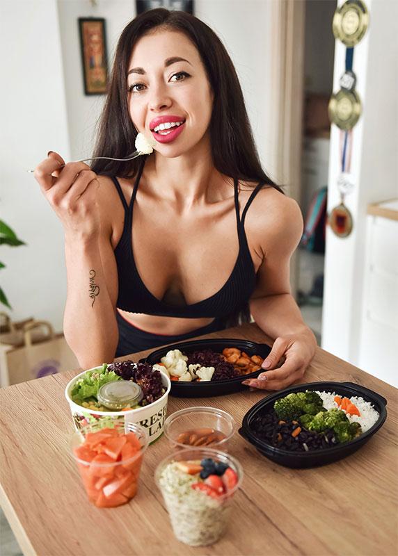 моделът Нети се храни със здравословно меню от Fit Panther