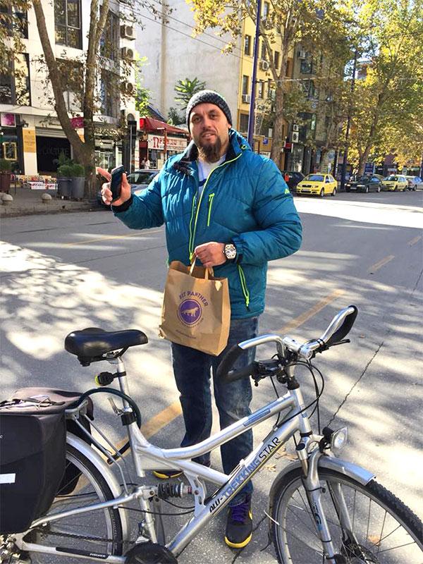 клиент с колелото си и плик храна от Fit Panther
