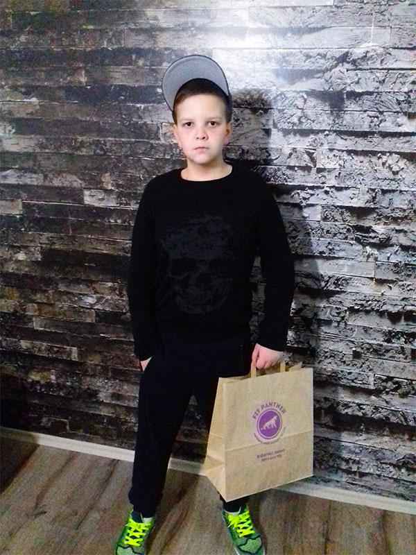 младо момче с плик здравословна храна от FitPanther