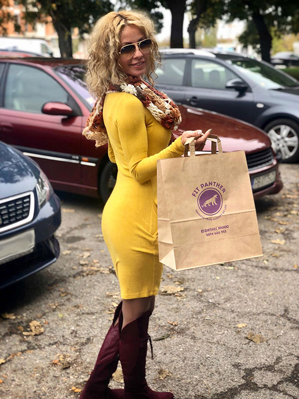 client with a pack of healthy food from Fit Panther
