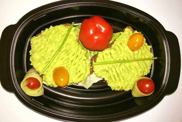 двоен сандвич от протеинов хляб с квас, пюре от авокадо, айсберг и чери домати