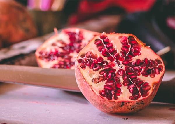 Разрязан половин плод нар