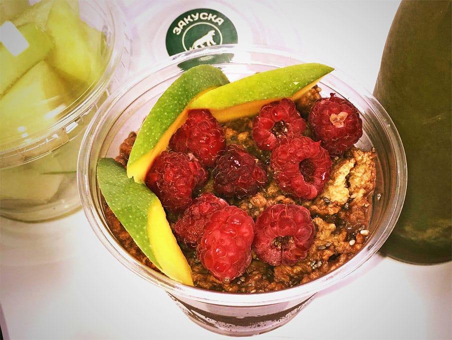 Закуска с протеин, финни овесени ядки, корнфлейкс, оризово мляко, чия и плодове
