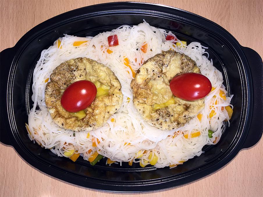 Мини омлетчета, с веган кашкавал, върху оризови спагетини