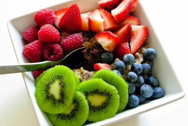 закуска от био елда с оризово мляко, мед, чия и свежи плодове от малини, ягоди, киви и боровинки