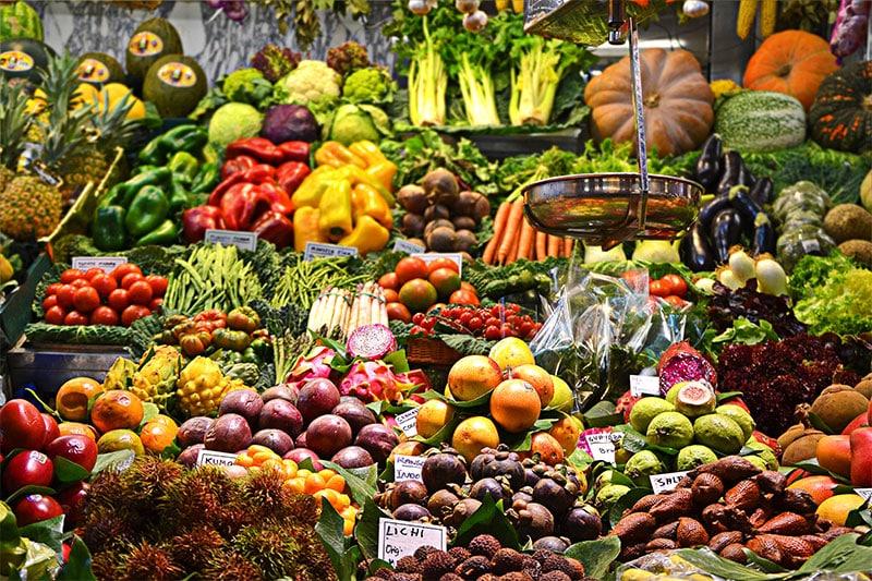 пазарска сергия богата на плодове и зеленчуци