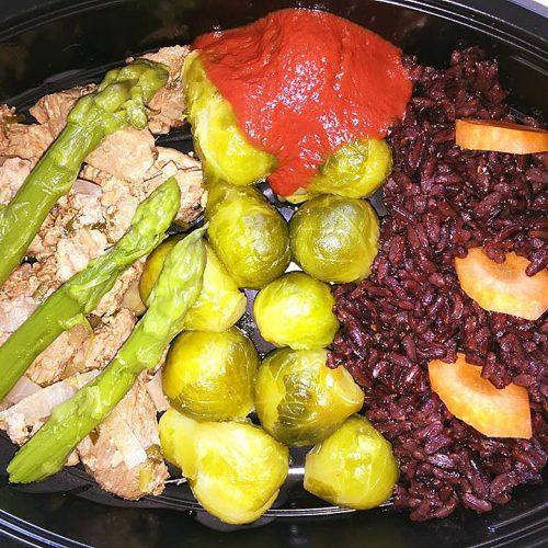Телешко с черен императорски ориз, брюкселско зеле, аспержи и био доматена салца