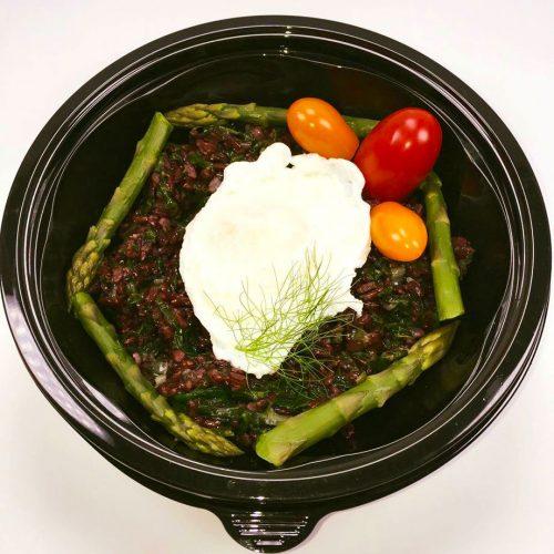 Черен императорзки ориз, аспержи с яйце и цветни чери домати