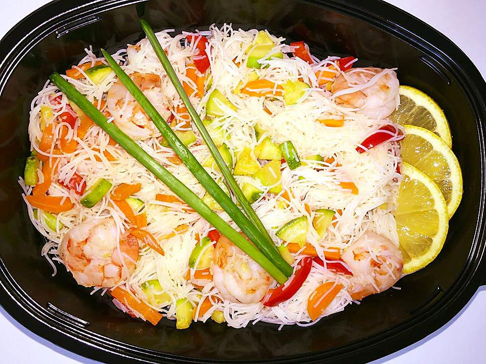 Оризови спагети със скариди, гриловани зеленчуци и див лук