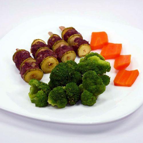 Телешки кюфтенца на шишчета, гриловани тиквичи и броколи с моркови на пара