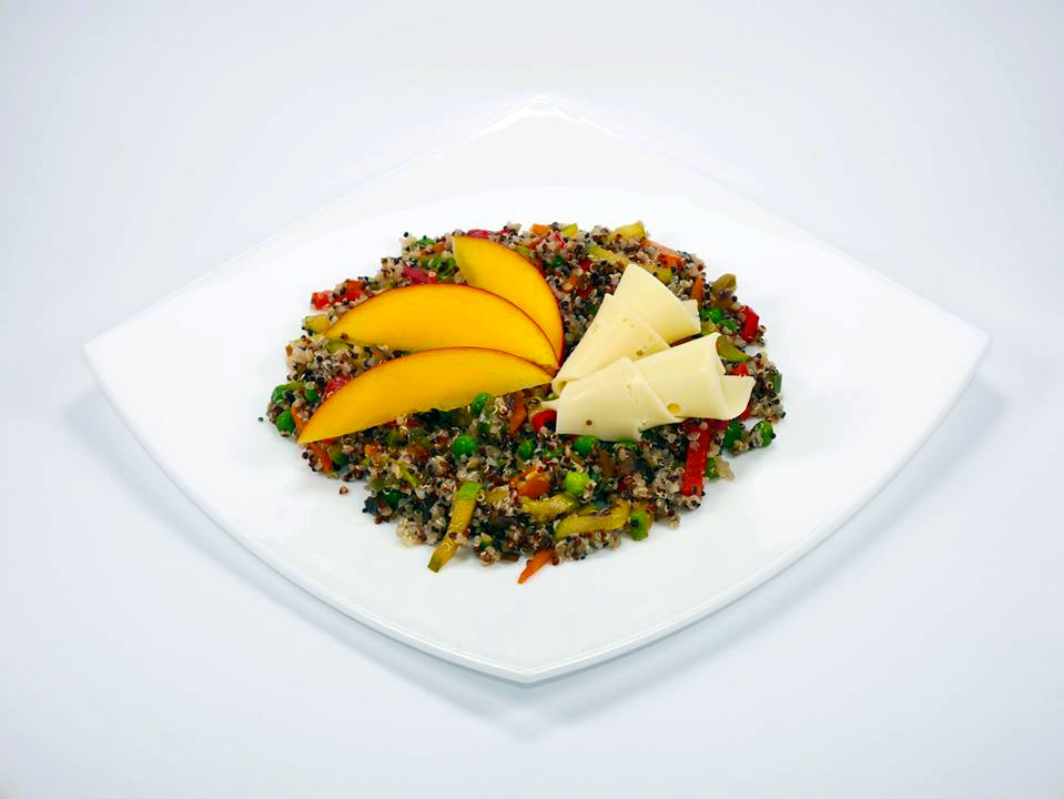 Шарена варена киноа с гриловани зеленчуци, сирене ементал и манго