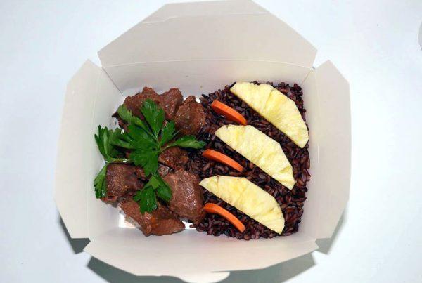 Свежо телешко с черен императорски ориз и грилован ананас