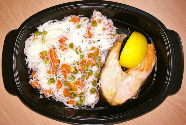 Котлет от сьомга с оризови спагети и свежи зеленчуци