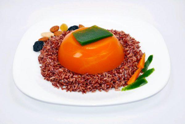 Червен ориз с желирано пюре от моркови, ядки и желиран магданоз