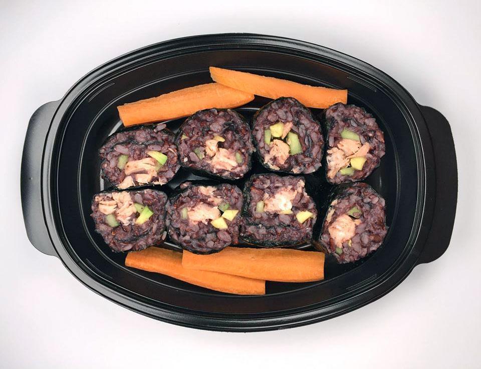 Суши със сьомга, зеленчуци и черен ориз