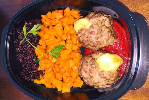 Телешки кюфтета с веган кашкавал, моркови, черен императорски ориз и БИО доматена салца