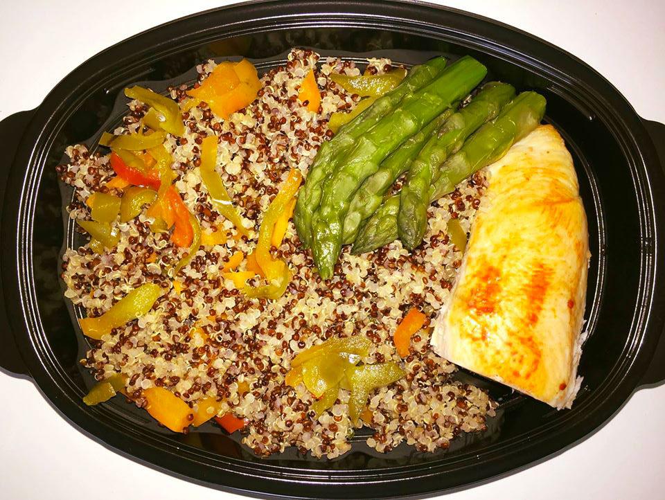 Пилешко роле с шарена киноа, задушени зеленчуци и аспержи