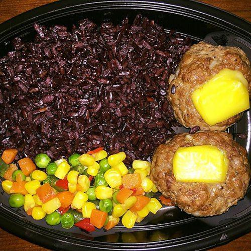 Телешки кюфтета с топен веган кашкавал от маслини, черен импрераторски ориз и микс от задушени зеленчуци