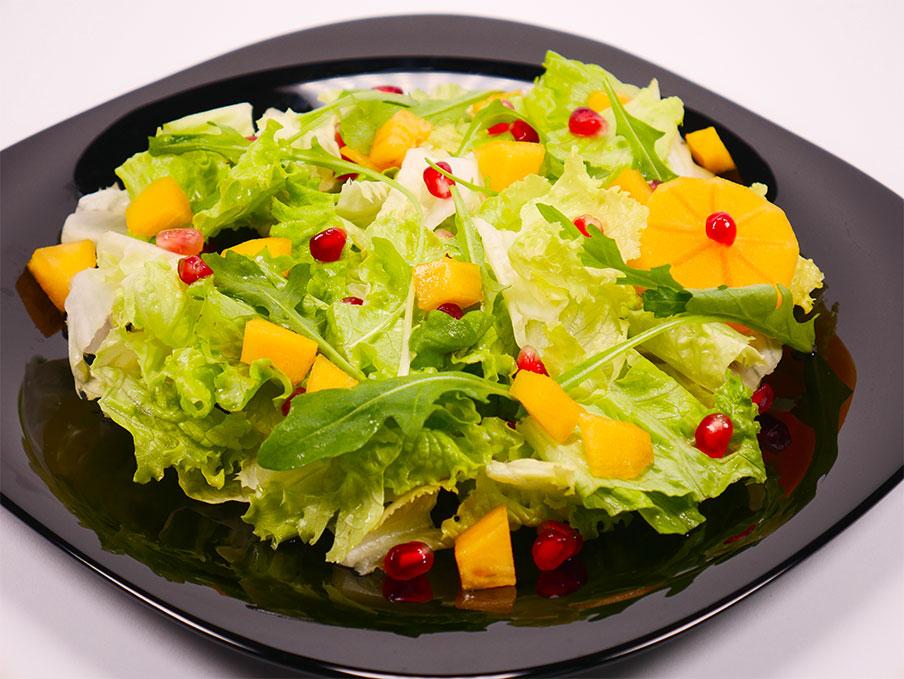 Cвежа салата с райска ябълка, манго, пъпеш, рукола, айсберг и нар