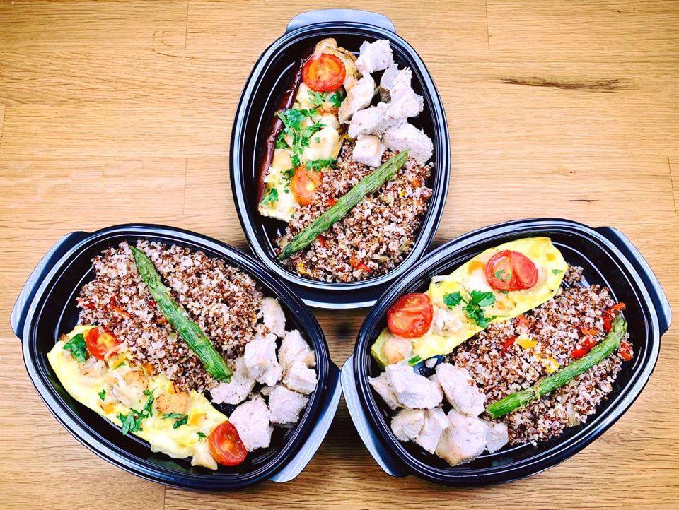 Пилешко със запечена тиквичка, БИО веган кашкавал, чери домати, киноа и аспержи