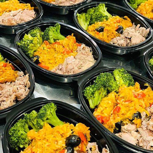 Пуешко месце с броколи и оризов микс от маслини, праз и чушки