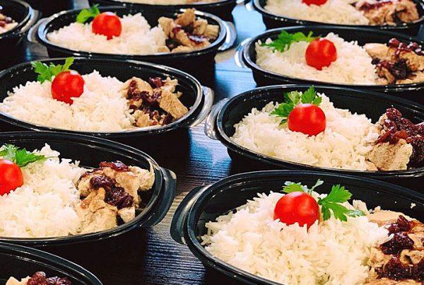 пилешко филе със сос от боровинки, чери домати и басмати ориз