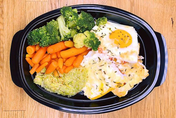 Яйца с БИО сирене, БИО веган кашкавал от грахов протеин, тиквичка, домати, броколи на фурна и бейби моркови