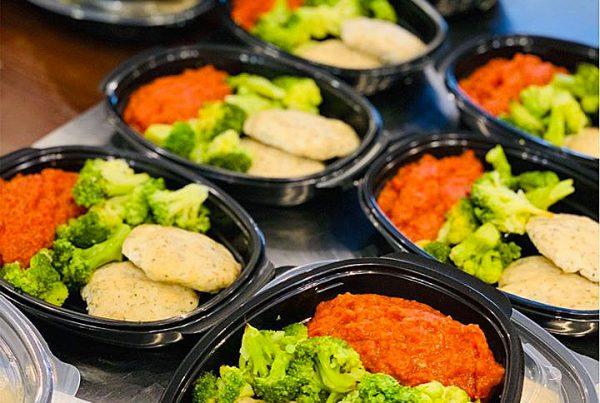 Кюфтенца от лаврак, броколи и зеленчукова паста