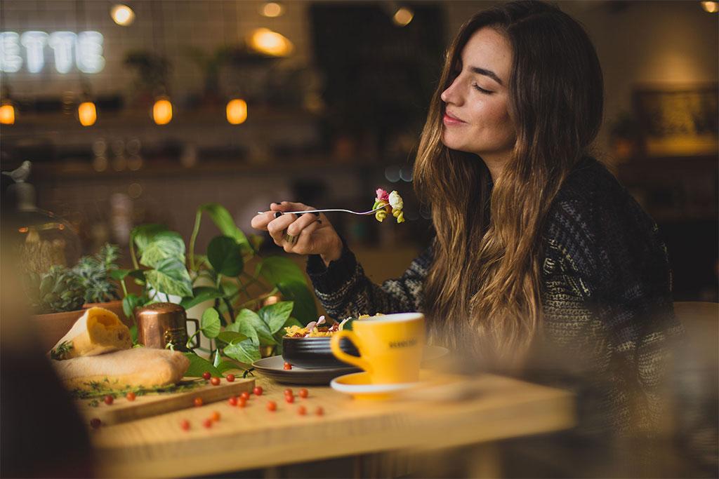 млада жена се наслаждава на здравословен и питателен обяд