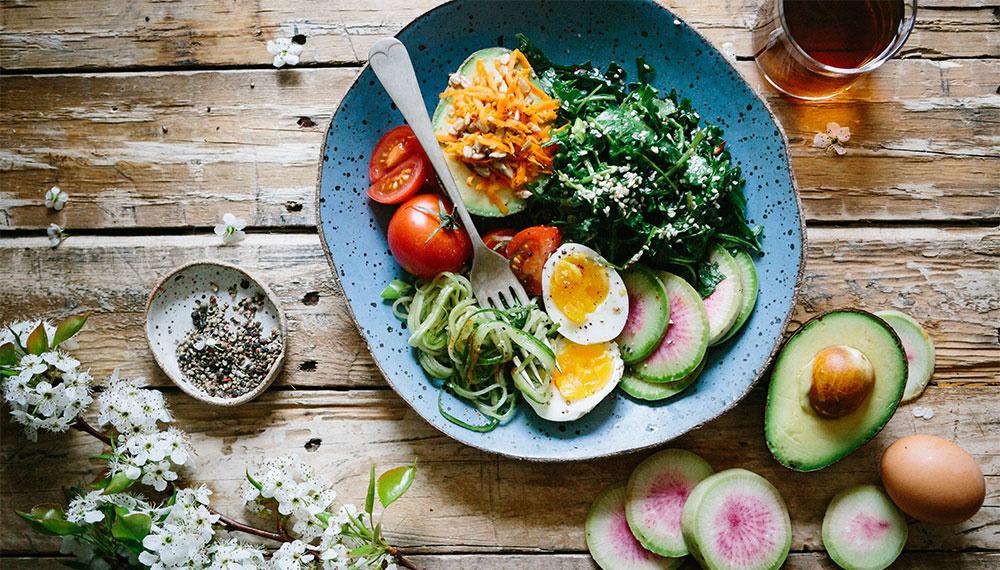 снимка на чиния с нисковъглехидратна храна