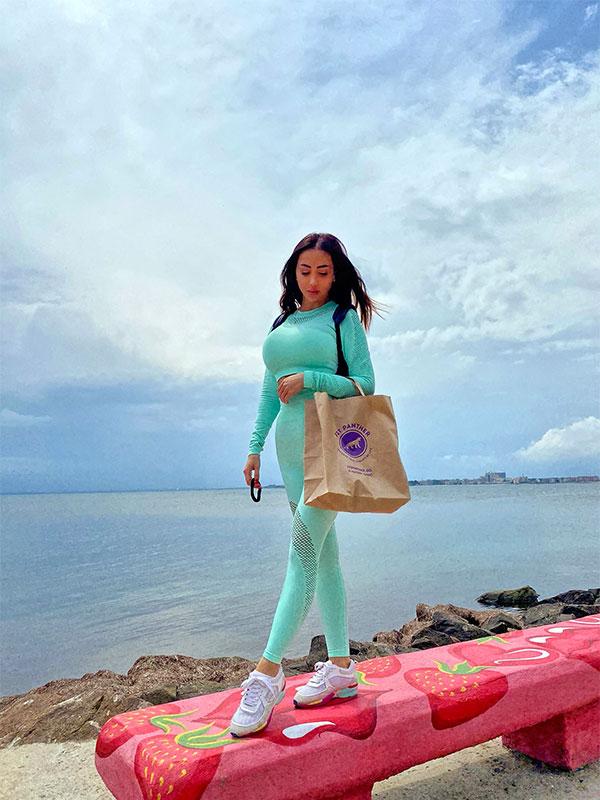 Клиент на кухня Fit Panther се разхожда в Поморие с торбичка здравословна храна