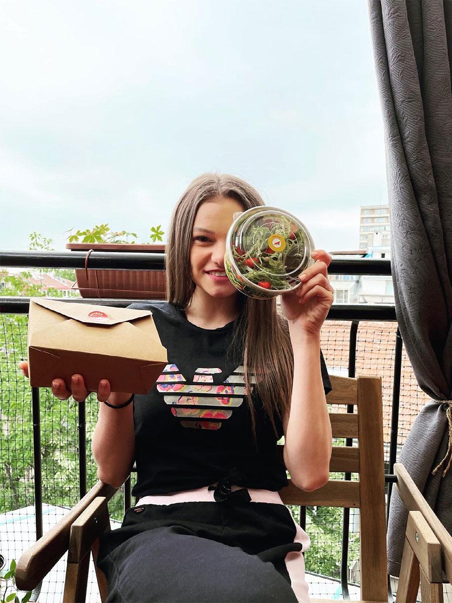 Златното момиче на България Лаура Траатс с меню от Здравословна кухня Fit Panther